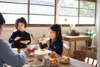 朝食を食べている家族