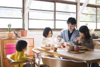食卓にいる子供たちとお父さん