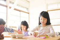 テーブルで遊んでいる子供たち 10568003250| 写真素材・ストックフォト・画像・イラスト素材|アマナイメージズ