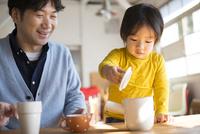 食卓にいる男の子とお父さん 10568003287  写真素材・ストックフォト・画像・イラスト素材 アマナイメージズ