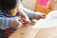 テーブルで遊んでいる男の子 10568003317| 写真素材・ストックフォト・画像・イラスト素材|アマナイメージズ