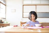テーブルで遊んでいる女の子 10568003321| 写真素材・ストックフォト・画像・イラスト素材|アマナイメージズ