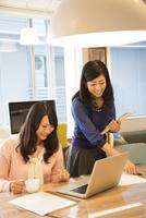 オフィスにいる女性2人 10568003624| 写真素材・ストックフォト・画像・イラスト素材|アマナイメージズ