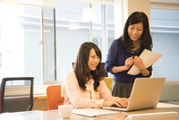 オフィスにいる女性2人 10568003625| 写真素材・ストックフォト・画像・イラスト素材|アマナイメージズ