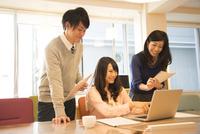 オフィスにいる3人 10568003629| 写真素材・ストックフォト・画像・イラスト素材|アマナイメージズ
