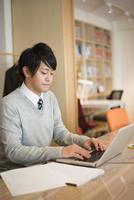 パソコンで仕事をしている男性 10568003640| 写真素材・ストックフォト・画像・イラスト素材|アマナイメージズ