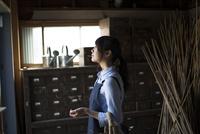 納屋の中にいる女性 10568003833| 写真素材・ストックフォト・画像・イラスト素材|アマナイメージズ