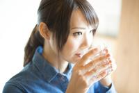 水を飲んでいる女性 10568003840| 写真素材・ストックフォト・画像・イラスト素材|アマナイメージズ