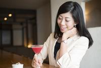 一人でバーで笑っている女性
