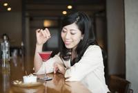 バーで一人で飲んでいる女性