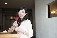 バーでカクテルを持っている女性 10568003900| 写真素材・ストックフォト・画像・イラスト素材|アマナイメージズ