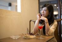 バーにいる女性 10568003909| 写真素材・ストックフォト・画像・イラスト素材|アマナイメージズ