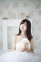 ウェディングドレスを着てブーケを持っている女性 10568003917| 写真素材・ストックフォト・画像・イラスト素材|アマナイメージズ