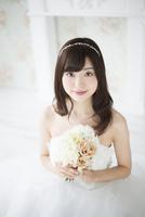 ウェディングドレスを着てブーケを持っている女性 10568003919| 写真素材・ストックフォト・画像・イラスト素材|アマナイメージズ