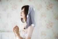 祈っているウェディングドレス姿の女性 10568003939| 写真素材・ストックフォト・画像・イラスト素材|アマナイメージズ