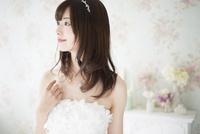ウェディングドレスを着て横を向いている女性 10568003950| 写真素材・ストックフォト・画像・イラスト素材|アマナイメージズ