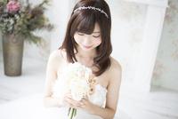 ウェディングドレスを着てブーケを見ている女性 10568003953| 写真素材・ストックフォト・画像・イラスト素材|アマナイメージズ
