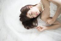 眠っているウェディングドレス姿の女性 10568003957| 写真素材・ストックフォト・画像・イラスト素材|アマナイメージズ