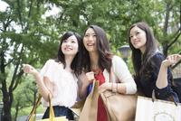 買い物をしている女性3人