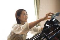 楽譜をめくっている女性 10568004143| 写真素材・ストックフォト・画像・イラスト素材|アマナイメージズ
