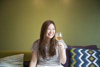 ワイングラスを持っている女性