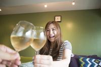 ワイングラスで乾杯している女性