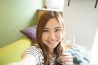 ワイングラスを持って自撮りをしている女性 10568004205| 写真素材・ストックフォト・画像・イラスト素材|アマナイメージズ