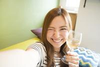 ワイングラスを持って自撮りをしている女性 10568004206| 写真素材・ストックフォト・画像・イラスト素材|アマナイメージズ