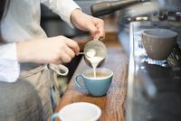 エスプレッソにミルクを注いでいる女性の手 10568004423| 写真素材・ストックフォト・画像・イラスト素材|アマナイメージズ