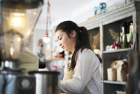 カフェで働いている女性