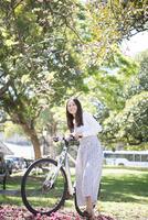 自転車を引いている女性