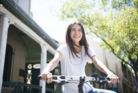 自転車にまたがっている女性