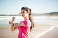 ビーチでストレッチをしている女性