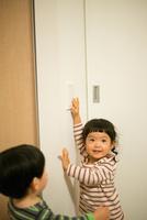 照明のスイッチを消そうとしている女の子 10568004745| 写真素材・ストックフォト・画像・イラスト素材|アマナイメージズ