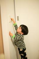 照明のスイッチを消そうとしている男の子 10568004747| 写真素材・ストックフォト・画像・イラスト素材|アマナイメージズ