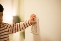 照明のスイッチを押そうとしている女の子 10568004752| 写真素材・ストックフォト・画像・イラスト素材|アマナイメージズ