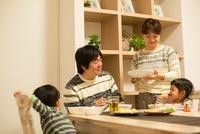 夕食時の家族の団欒 10568004793| 写真素材・ストックフォト・画像・イラスト素材|アマナイメージズ