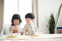 朝ごはんを食べている双子 10568004812  写真素材・ストックフォト・画像・イラスト素材 アマナイメージズ