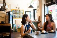 カフェで笑っている女性二人 10568004869  写真素材・ストックフォト・画像・イラスト素材 アマナイメージズ