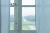 窓枠越しの雨で霞む景色 10573001689| 写真素材・ストックフォト・画像・イラスト素材|アマナイメージズ