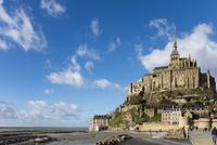 雲なびく青空とモンサンミッシェル修道院 10573001767| 写真素材・ストックフォト・画像・イラスト素材|アマナイメージズ