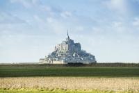 遠くに見るモンサンミッシェル修道院 10573001775| 写真素材・ストックフォト・画像・イラスト素材|アマナイメージズ