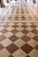 大理石のチェッカー模様の床