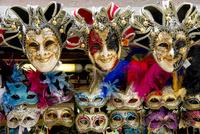 店先に並ぶカーニバルの仮面 10573002168| 写真素材・ストックフォト・画像・イラスト素材|アマナイメージズ