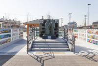 幼少期の信長を抱く父母像が立つ勝幡駅前風景