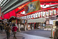 信長の父の葬儀をした万松寺の入り口風景 10573003807| 写真素材・ストックフォト・画像・イラスト素材|アマナイメージズ