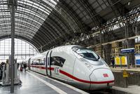 フランクフルト中央駅に停車中の国際高速列車ICE