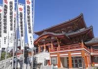 のぼり旗が立つ大須観音観音堂
