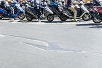 連なる信号待ちのバイク
