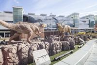 JR福井駅駅前広場の恐竜モニュメントと駅舎壁面のラッピング風景